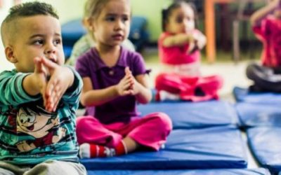 Yoga e massagem para crianças da periferia